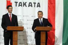 Orbán Viktor miniszterelnök (jobbra) és Stefan Stocker a Takata európai elnöke