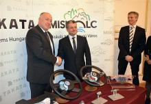 Kriza Ákos polgármester és Kersten Bachman a Takata légzsák- és elektronikai üzletágának európai igazgatója